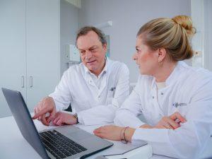 Das Bild zeigt Dr. med. Karoline Jungclaus und Prof. Dr. med. Kristian Reich