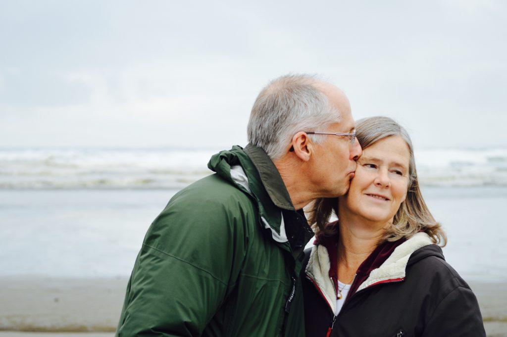 Das Bild zeigt ein altes Ehepaar.