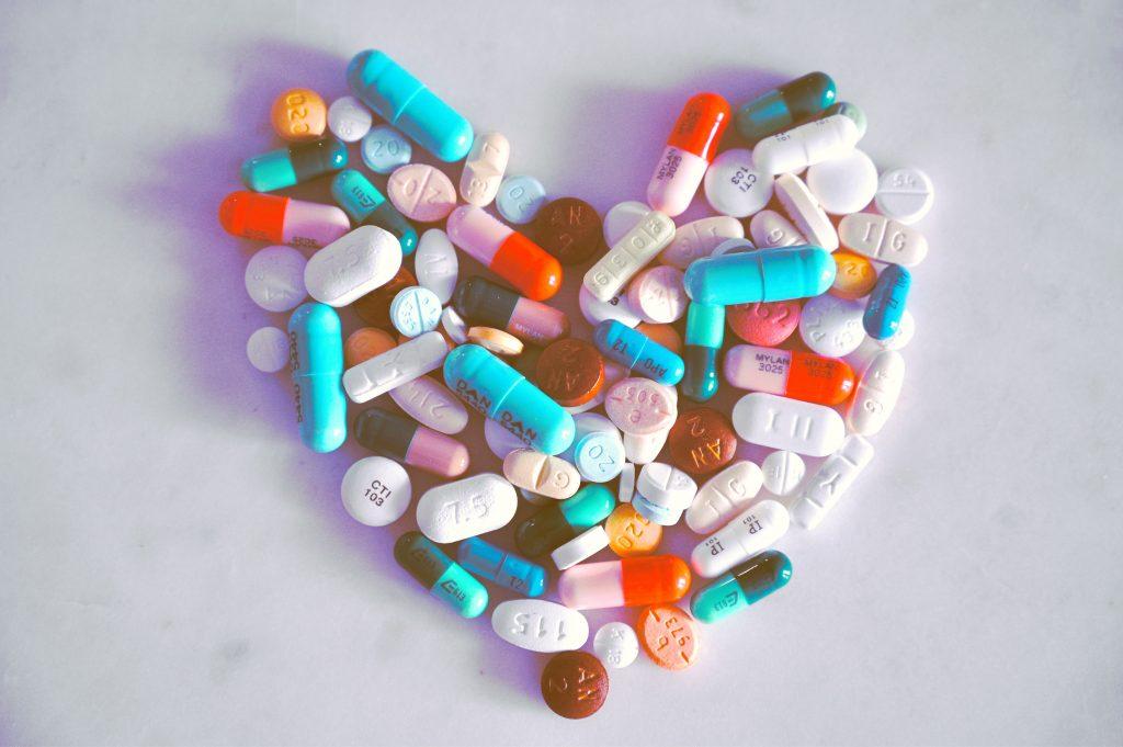 Das Bild zeigt ein Herz aus Medikamenten.